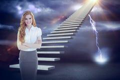 Zusammengesetztes Bild des Porträts einer eleganten Geschäftsfrau im Büro 3d Lizenzfreie Stockfotografie