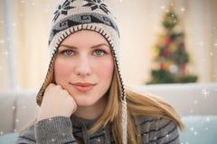 Zusammengesetztes Bild des Porträts einer Frau, die Kamera betrachtet Lizenzfreie Stockfotografie