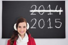 Zusammengesetztes Bild des Porträts eines lächelnden Brunette mit Winterabnutzung Lizenzfreie Stockbilder
