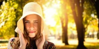 Zusammengesetztes Bild des Porträts eines schönen Mädchens mit Strohhut Lizenzfreies Stockfoto