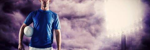 Zusammengesetztes Bild des Porträts des Rugbyspielers schauend weg beim Ball beiseite halten lizenzfreie stockfotos