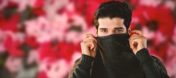 Zusammengesetztes Bild des Porträts des versteckenden Gesichtes des Mannes mit Strickjacke stockbilder