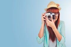 Zusammengesetztes Bild des Porträts einer lächelnden Hippie-Frau, die Retro- Kamera hält Lizenzfreie Stockbilder