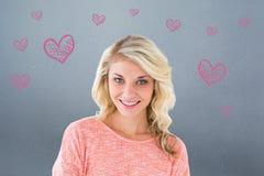 Zusammengesetztes Bild des recht blonden Lächelns mit den Armen gekreuzt Stockfotos