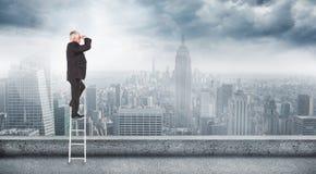 Zusammengesetztes Bild des reifen Geschäftsmannes stehend auf Leiter Stockfotos