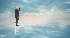 Zusammengesetztes Bild des reifen Geschäftsmannes stehend auf Leiter Stockbilder