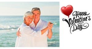 Zusammengesetztes Bild des reifen Paartanzens auf dem Strand Stockbilder