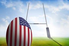 Zusammengesetztes Bild des Rugbyballs der amerikanischen Flagge Lizenzfreie Stockfotografie