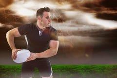 Zusammengesetztes Bild des Rugbyspielers den Ball 3D werfend Stockfotografie
