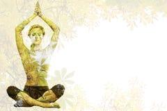 Zusammengesetztes Bild des ruhigen blonden Meditierens in der Lotoshaltung mit den Armen angehoben Stockfotografie