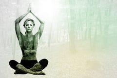 Zusammengesetztes Bild des ruhigen blonden Meditierens in der Lotoshaltung mit den Armen angehoben Stockbilder
