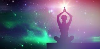 Zusammengesetztes Bild des ruhigen blonden Meditierens in der Lotoshaltung mit den Armen angehoben Stockfotos