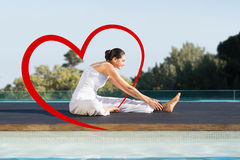 Zusammengesetztes Bild des ruhigen Brunette in janu sirsasana Yoga-Haltung Poolside Lizenzfreie Stockbilder
