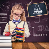 Zusammengesetztes Bild des Schülers Abakus an der Volksschule halten Lizenzfreie Stockbilder