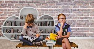 Zusammengesetztes Bild des Schülerstudierens stockbild