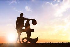 Zusammengesetztes Bild des Schattenbildes neben Pfundsymbol Lizenzfreie Stockfotografie