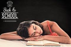 Zusammengesetztes Bild des schlafenden Studentenkopfes auf ihren Büchern Stockfotografie