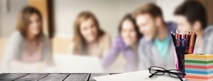 Zusammengesetztes Bild des Schulbedarfs auf Schreibtisch Stockbilder