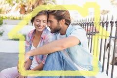 Zusammengesetztes Bild des Sitzens und der Umarmung des glücklichen Paars Lizenzfreies Stockbild