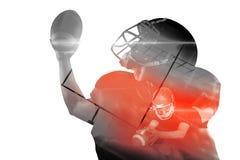 Zusammengesetztes Bild des Spielers des amerikanischen Fußballs im Trikot und des Sturzhelms, der Ball hält lizenzfreie stockfotos