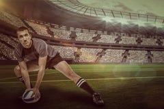 Zusammengesetztes Bild des Sportspielers im schwarzen Trikot, das mit Ball mit 3d ausdehnt Lizenzfreies Stockfoto