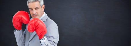 Zusammengesetztes Bild des starken Geschäftsmannes mit Boxhandschuhen stockbilder