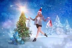 Zusammengesetztes Bild des stilvollen blonden Gehens mit Einkaufstaschen Lizenzfreie Stockbilder