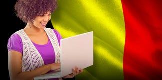Zusammengesetztes Bild des Studenten, der Laptop verwendet Lizenzfreie Stockfotos