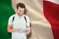 Zusammengesetztes Bild des Studenten, der Tabletten-PC verwendet Lizenzfreie Stockfotografie