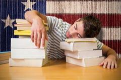 Zusammengesetztes Bild des Studenten schlafend in der Bibliothek Stockfotografie
