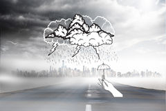 Zusammengesetztes Bild des Sturmgekritzels mit der Hand, die kleinen Regenschirm hält Stockbilder