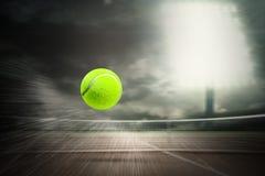 Zusammengesetztes Bild des Tennisballs mit einer Spritze Lizenzfreie Stockbilder