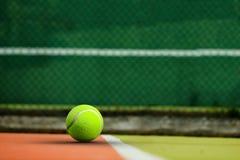 Zusammengesetztes Bild des Tennisballs mit einer Spritze Lizenzfreies Stockbild