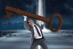 Zusammengesetztes Bild des unsmiling Geschäftsmannes großen Schlüssel tragend Stockfoto