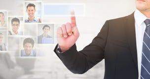 Zusammengesetztes Bild des unsmiling Geschäftsmannes seinen Finger zeigend stockbild