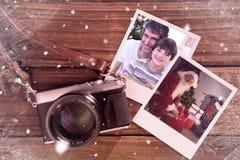 Zusammengesetztes Bild des Vaters und des Sohns, die ein Weihnachtsgeschenk halten lizenzfreies stockbild