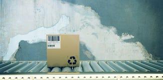 Zusammengesetztes Bild des verpackten Kartonkastens auf Fertigungsstraße stockfoto