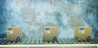 Zusammengesetztes Bild des verpackten Kuriers auf Förderband stockbild