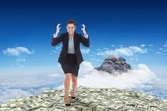 Zusammengesetztes Bild des verärgerten Geschäftsfraugestikulierens Lizenzfreie Stockbilder
