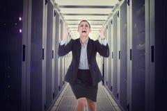 Zusammengesetztes Bild des verärgerten Geschäftsfraugestikulierens Stockbild