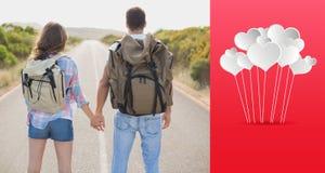 Zusammengesetztes Bild des Wanderns von den Paaren, die auf Landschaftsstraße stehen Lizenzfreies Stockbild