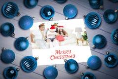 Zusammengesetztes Bild des Weihnachtsflitters auf Tabelle Stockbilder
