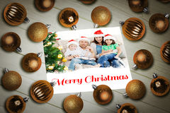 Zusammengesetztes Bild des Weihnachtsflitters auf Tabelle Stockfotografie