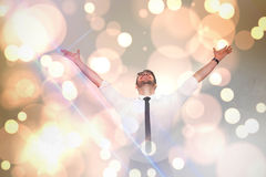 Zusammengesetztes Bild des zujubelnden Geschäftsmannes mit seinen Armen oben angehoben Lizenzfreie Stockfotografie