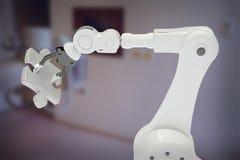 Zusammengesetztes Bild des zusammengesetzten Bildes des Roboterzackigen Stückes 3d der armholding Stockfotos