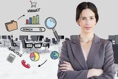 Zusammengesetztes Bild Digital der Geschäftsfrau durch verschiedene Ikonen im Büro Lizenzfreies Stockbild