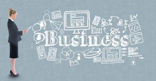 Zusammengesetztes Bild Digital der Geschäftsfrau verschiedene Ikonen gegen grauen Hintergrund bereitstehend Stockfoto