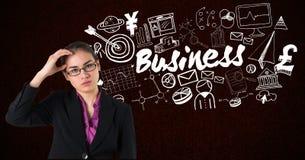 Zusammengesetztes Bild Digital der gestrafften Geschäftsfrau mit Geschäftstext und verschiedene Ikonen im Hintergrund Stockbild