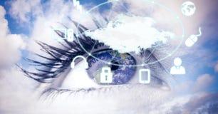 Zusammengesetztes Bild Digital des Auges mit Ikonen im Himmel Lizenzfreie Stockfotografie
