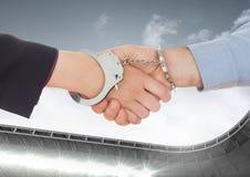 Zusammengesetztes Bild Digital des Geschäftsfachmannes Hände mit Handfesseln rüttelnd lizenzfreies stockfoto